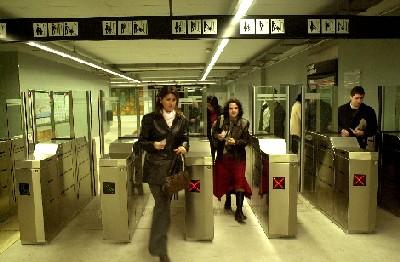 Una foto della metro, insolitamente non affollata