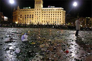 Vetri e bottiglie rotte in Plaça Catalunya