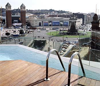 Vista sulla Plaça Espanya dalla piscina del B-Hotel